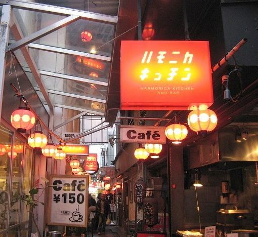 多くの飲み屋が立ち並ぶ、吉祥寺の名スポット!立ち飲み屋さんが多いです。デートにも良さそう♪