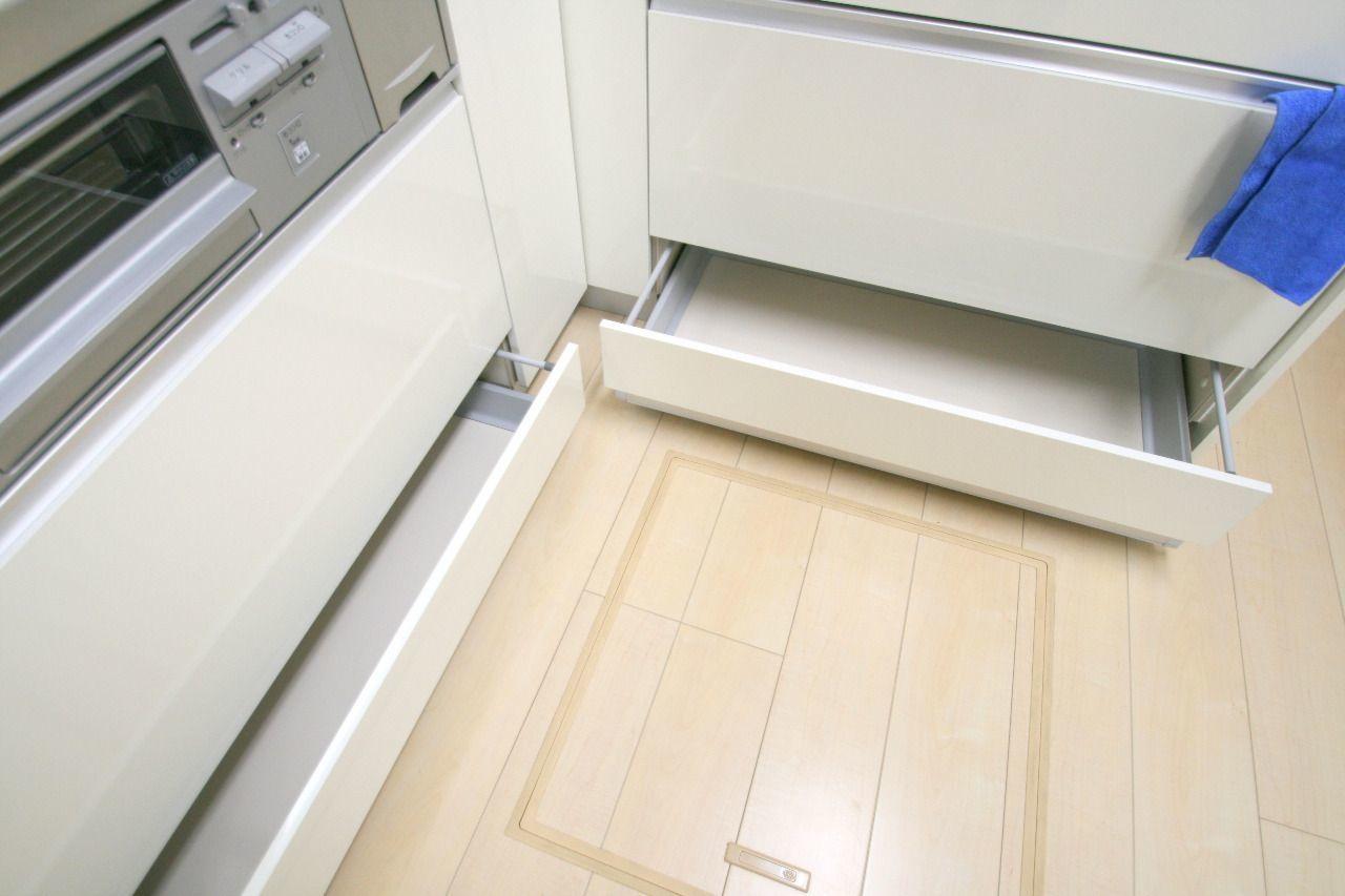 キッチン道具は引き出しに、非常食などは床下収納を活用。