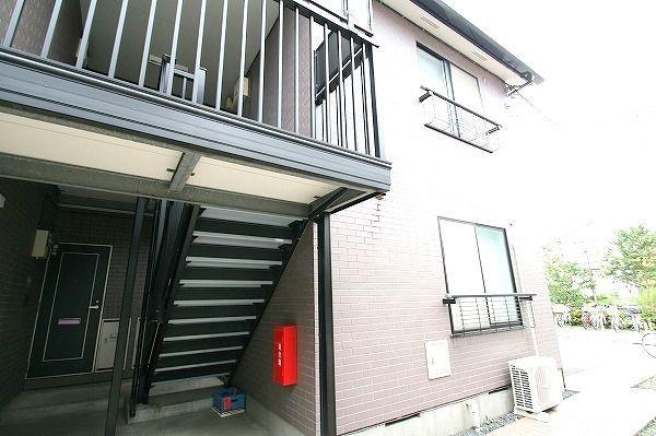 ミラノブリッツは2階建てのアパート。階段はゆとりある設計に。